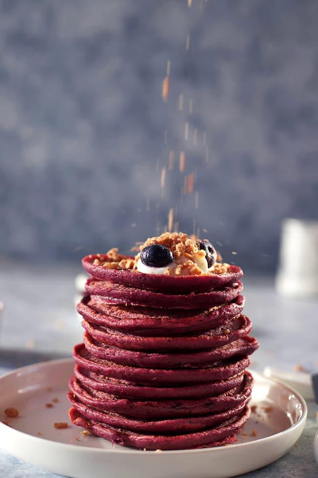 Pancakes betterave myrtille, yaourt de brebis, myrtilles fraîches et céréales en topping