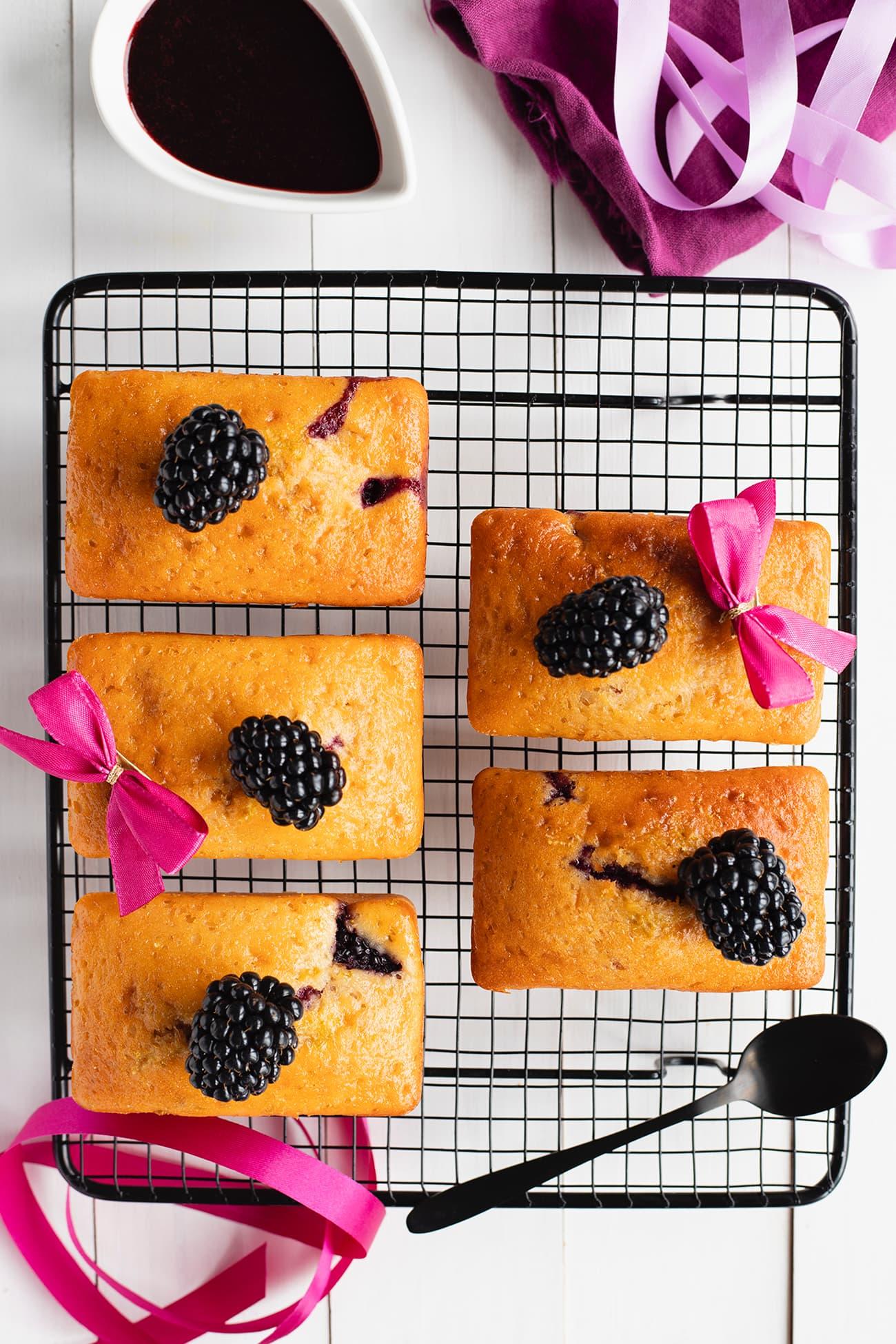 Minis cakes au yaourt et aux mûres